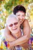 Rijp en paar dat glimlacht omhelst royalty-vrije stock foto's