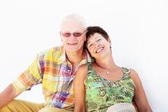 Rijp en paar dat glimlacht omhelst royalty-vrije stock foto
