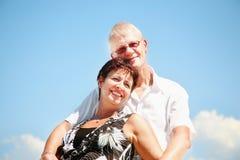 Rijp en paar dat glimlacht omhelst royalty-vrije stock fotografie