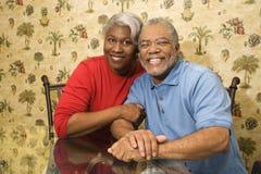 Rijp en paar dat omhelst glimlacht. royalty-vrije stock foto