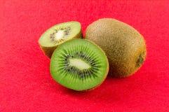 Rijp en sappig kiwifruit en zijn delen Stock Afbeelding