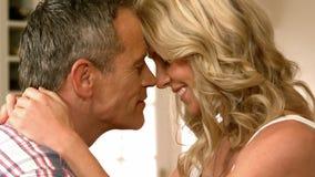Rijp glimlachend paar die Romaans hebben stock video