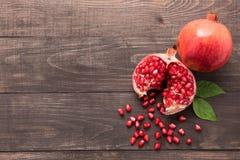 Rijp granaatappelfruit op houten uitstekende achtergrond Stock Afbeeldingen