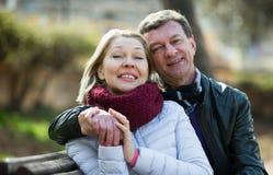 Rijp houdend van paar in de lentepark Royalty-vrije Stock Foto