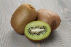 Rijp kiwifruit op houten lijst Stock Foto