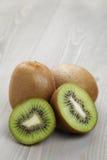 Rijp kiwifruit op houten lijst Stock Foto's