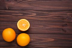 Rijp oranje fruit op een bruine achtergrond stock afbeelding
