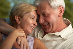 Rijp paar dat aan elkaar glimlacht royalty-vrije stock foto