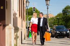 Rijp paar dat door stad het winkelen wandelt Royalty-vrije Stock Afbeelding