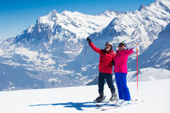 Rijp paar die in de bergen ski?en royalty-vrije stock foto
