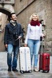 Rijp paar die met bagage lopen Stock Afbeeldingen