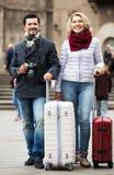 Rijp paar die met bagage lopen Stock Foto's