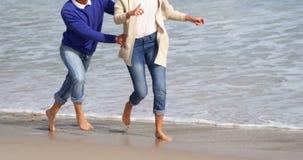Rijp paar die op strand genieten van stock footage