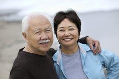 Rijp paar die in openlucht glimlachen (portret) Stock Afbeeldingen