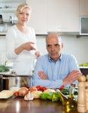 Rijp paar die ruzie hebben bij keuken Stock Foto's