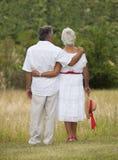 Rijp Paar die weg onder ogen zien Royalty-vrije Stock Foto's
