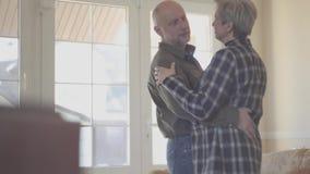 Rijp paar in liefde het dansen langzame dans binnen Familieverhoudingen r stock video