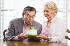 Rijp paar met cake. Royalty-vrije Stock Afbeeldingen