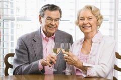 Rijp paar met wijn. royalty-vrije stock afbeelding