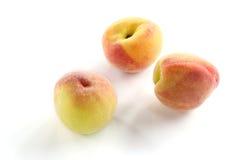 perzik fruit op witte achtergrond Stock Afbeeldingen