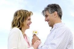 Rijp romantisch paar met bloemen Royalty-vrije Stock Foto's