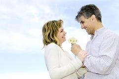 Rijp romantisch paar met bloemen Royalty-vrije Stock Foto