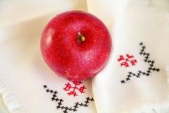 Rijp rood Apple op linnenservet met borduurwerk royalty-vrije stock afbeeldingen