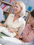 Rijp studenten die in bibliotheek bestuderen royalty-vrije stock foto
