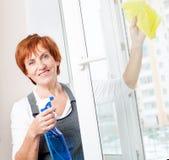 Rijp vrouwen schoonmakend venster Royalty-vrije Stock Foto