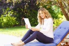 Rijp vrouwenportret met digitale tablet stock foto