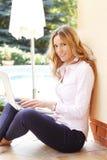 Rijp vrouwenportret met laptop Stock Foto