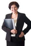 Rijpe aantrekkelijke glimlachende geïsoleerdew secretaresse of onderneemster stock foto