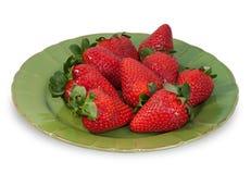 Rijpe aardbeien op groene geïsoleerde plaat Stock Fotografie