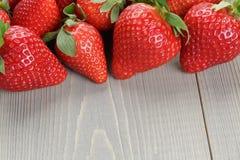 Rijpe aardbeien op houten lijst Stock Afbeeldingen