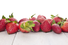 Rijpe aardbeien op witte lijst, geïsoleerde grens, Stock Foto's