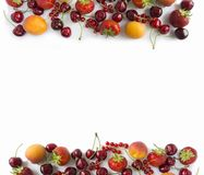 Rijpe aardbeien, redcurrants, abrikozen en kersen op wit Stock Foto's