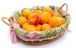 Rijpe abrikozen in een mand Royalty-vrije Stock Afbeeldingen