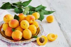 Rijpe abrikozen op een metaaldienblad Royalty-vrije Stock Foto's