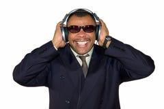 Rijpe Afrikaans-Amerikaanse mens die aan slecht geluid luistert Royalty-vrije Stock Foto's