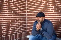 Rijpe Afrikaanse Amerikaanse mens in diepe gedachte stock fotografie
