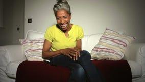 Rijpe Afrikaanse Amerikaanse Mens op Sofa Watching-TV stock videobeelden
