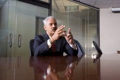 Rijpe Afrikaanse Amerikaanse zakenman in bestuurskamer Royalty-vrije Stock Fotografie