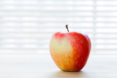 Rijpe appel op de lijst in ochtendlicht Dieetontbijt, gezond voedsel Royalty-vrije Stock Fotografie