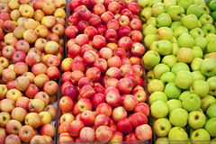 Rijpe appelen op box Stock Afbeeldingen