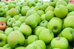 Rijpe appelen op de markt Stock Foto's