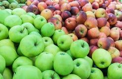 Rijpe appelen op de markt Royalty-vrije Stock Afbeeldingen