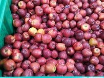 Rijpe appelen op een supermarkt stock fotografie