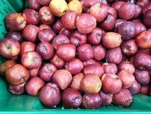 Rijpe appelen op een supermarkt royalty-vrije stock fotografie