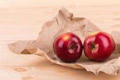 Rijpe appelen op houten lijst Royalty-vrije Stock Fotografie