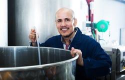 Rijpe arbeider in wijnmakerij Royalty-vrije Stock Foto's